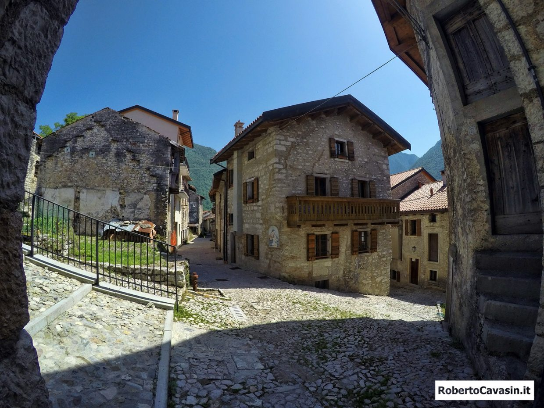 Erto e Casso è un comune italiano sparso di 371 abitanti del Friuli-Venezia Giulia, che comprende il capoluogo Erto e la frazione Casso, ormai quasi spopolata anche a causa del terribile disastro del Vajont del 9 ottobre 1963.